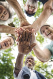 Группа в составе старший выход на пенсию работая концепцию единения стоковые фото