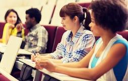 Группа в составе студенты говоря в лекционном зале стоковая фотография rf