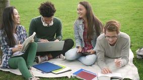 Группа в составе студенты имеет эмоциональное и счастливое время сотрудничества совместно акции видеоматериалы