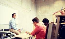 Группа в составе студенты и учитель на лекции стоковое изображение