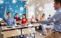 Группа в составе студенты и учитель с бумагами или испытаниями Стоковые Изображения RF