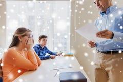 Группа в составе студенты и учитель с результатами теста Стоковое Изображение RF