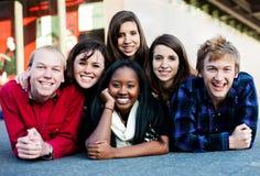 Группа в составе студенты снаружи Стоковая Фотография