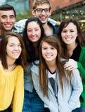 Группа в составе студенты снаружи Стоковая Фотография RF
