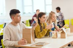 группа в составе студенты средней школы в школе стоковое фото rf