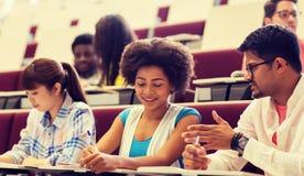 Группа в составе студенты с тетрадями в лекционном зале стоковое изображение rf