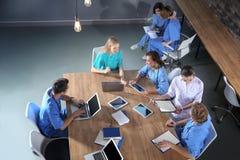 Группа в составе студент-медики с устройствами в коллеже стоковая фотография rf