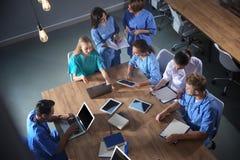Группа в составе студент-медики с устройствами в коллеже стоковые фото