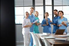 Группа в составе студент-медики с устройствами в коллеже стоковое фото rf