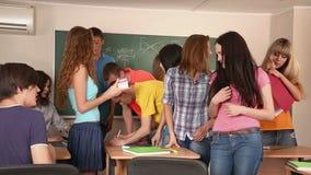 Группа в составе студенты в классе сток-видео