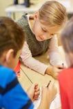Группа в составе студенты говоря и писать на школе Стоковая Фотография