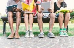 Группа в составе студенты изучая внешняя стоковые фото
