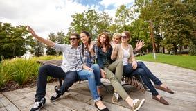 Группа в составе студенты или подростки вися вне Стоковое фото RF