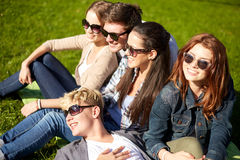 Группа в составе студенты или подростки вися вне Стоковые Фото