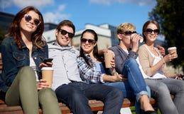 Группа в составе студенты или подростки выпивая кофе Стоковое фото RF