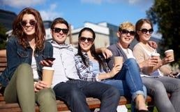 Группа в составе студенты или подростки выпивая кофе Стоковые Фото