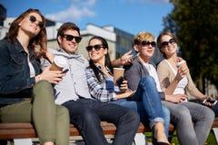 Группа в составе студенты или подростки выпивая кофе Стоковые Изображения RF