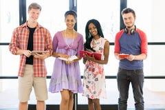 Группа в составе студенты стоя с книгами Стоковая Фотография