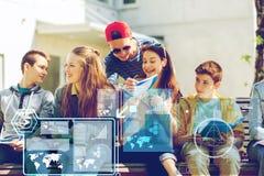 Группа в составе студенты с тетрадями на школьном дворе Стоковые Фото