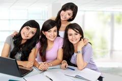 Группа в составе студент изучая совместно Стоковое Изображение RF