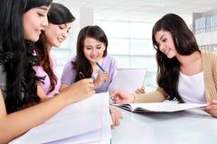 Группа в составе студент изучая совместно Стоковые Фото