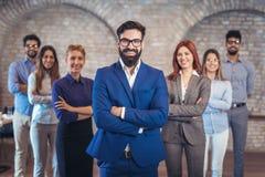 Группа в составе счастливые бизнесмены и штат компании в современном офисе стоковая фотография