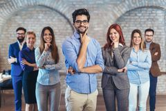 Группа в составе счастливые бизнесмены и штат компании в современном офисе стоковые изображения rf