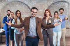 Группа в составе счастливые бизнесмены и штат компании в современном офисе стоковое изображение