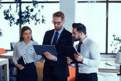 Группа в составе счастливые бизнесмены обсуждая на офисе во время деловой встречи стоковое фото rf