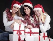 Группа в составе счастливые женщины в костюмах Санта Клауса и рождества s Стоковая Фотография RF