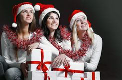 Группа в составе счастливые женщины в костюмах Санта Клауса и рождества sh Стоковая Фотография RF