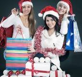 Группа в составе счастливые женщины в костюмах Санта Клауса и рождества sh Стоковые Фотографии RF