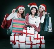 Группа в составе счастливые женщины в костюмах Санта Клауса и рождества s Стоковое фото RF