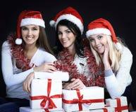 Группа в составе счастливые женщины в костюмах Санта Клауса и рождества sh Стоковые Изображения RF
