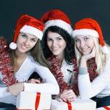 Группа в составе счастливые женщины в костюмах Санта Клауса и рождества s Стоковая Фотография