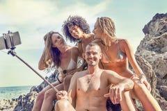 Группа в составе счастливые люди принимает selfie на утесе Стоковое фото RF