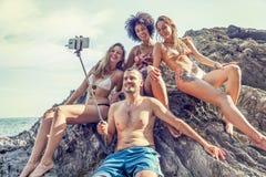 Группа в составе счастливые люди принимает selfie на утесе Стоковая Фотография RF