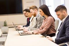 Группа в составе счастливые молодые бизнесмены в встрече на офисе стоковое изображение rf