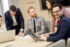 Группа в составе счастливые молодые бизнесмены в встрече на офисе стоковые фото