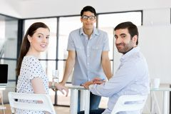 Группа в составе счастливые молодые бизнесмены в встрече стоковые фотографии rf