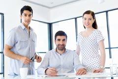 Группа в составе счастливые молодые бизнесмены в встрече стоковая фотография rf