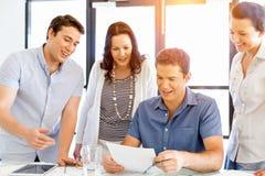 Группа в составе счастливые молодые бизнесмены в встрече стоковые изображения rf