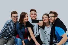Группа в составе счастливые молодые студенты подростка принимая фото selfie изолированное на белой предпосылке Стоковая Фотография
