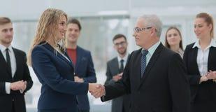 Группа в составе счастливые успешные бизнесмены в встрече на офисе Стоковая Фотография