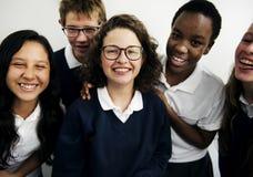 Группа в составе счастье друзей студентов совместно усмехаясь Стоковое Изображение RF
