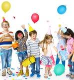Группа в составе счастья милые и прелестные дети имея партию стоковое фото