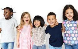 Группа в составе счастья милые и прелестные дети стоковые фотографии rf