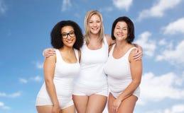 Группа в составе счастливое плюс женщины размера в белом нижнем белье Стоковое Изображение