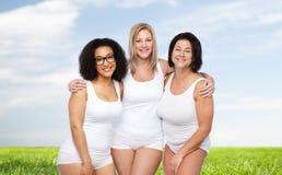 Группа в составе счастливое плюс женщины размера в белом нижнем белье Стоковые Изображения RF