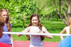 Группа в составе счастливые девушки играя волейбол совместно Стоковые Фото
